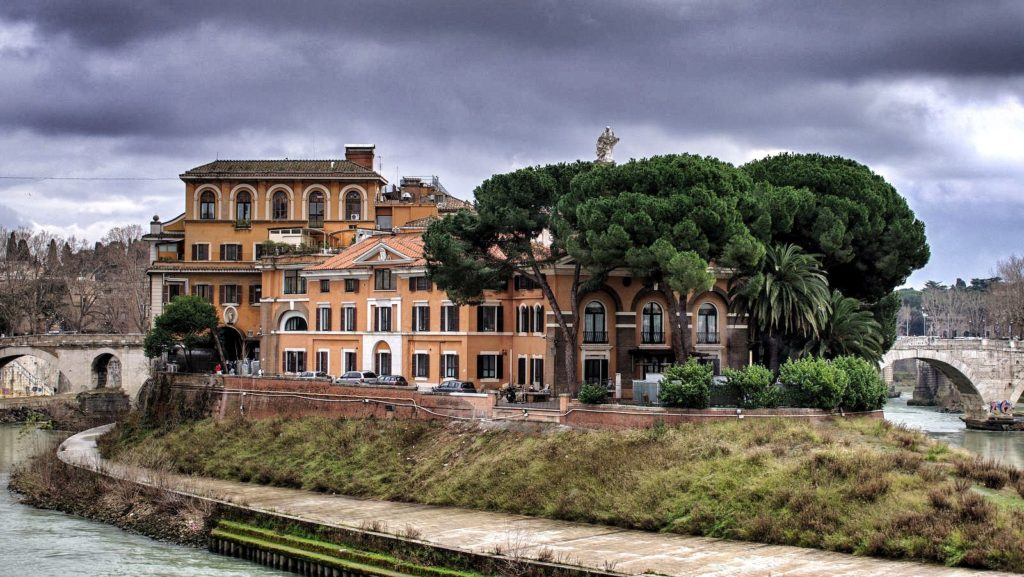 The Tiber River walking tour includes Tiber Island and its 2000 year old bridges